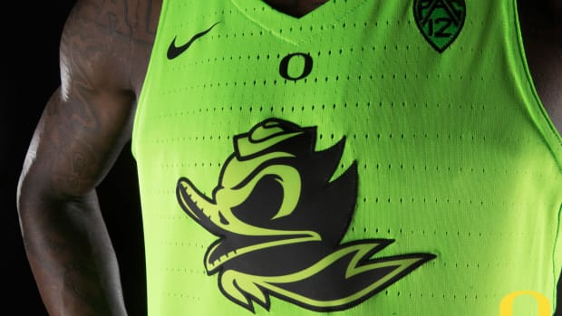 oregon-ducks-glow-in-dark-uniform.jpg