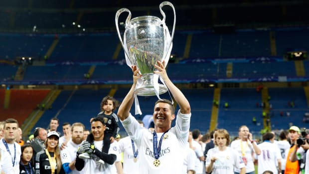 champions-league-trophy-ronaldo.jpg