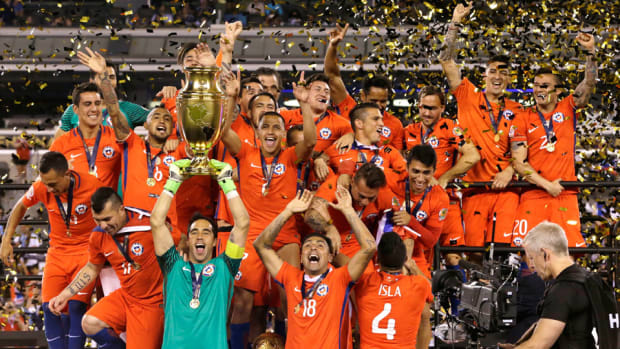 chile-wins-copa-america-trophy.jpg
