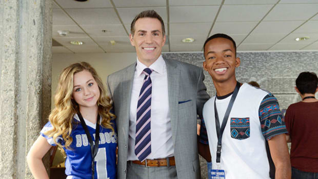 "Exclusive Images of Super Bowl MVP Kurt Warner on ""Bella & the Bulldogs"""