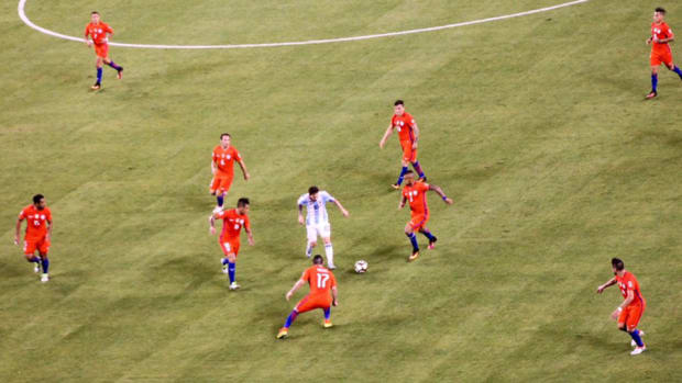 messi-chile-argentina-final-surrounded.jpg