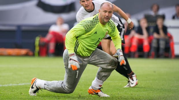 hungary-goalie-gabor-kiraly-sweatpants-photos.jpg