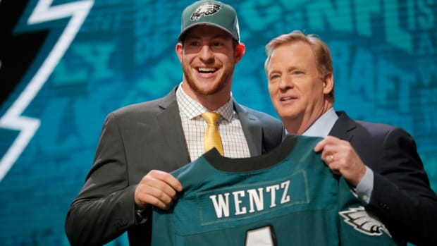 carson-wentz-signs-rookie-contract-eagles.jpg