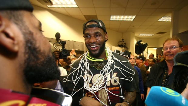 lebron-james-cavs-staying-cleveland-contract.jpg