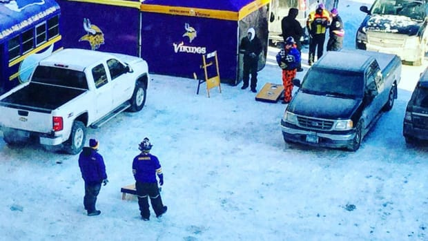 vikings-colts-fans-tailgate-cold-weather.jpg