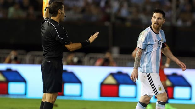messi-referee-argentina-chile.jpg