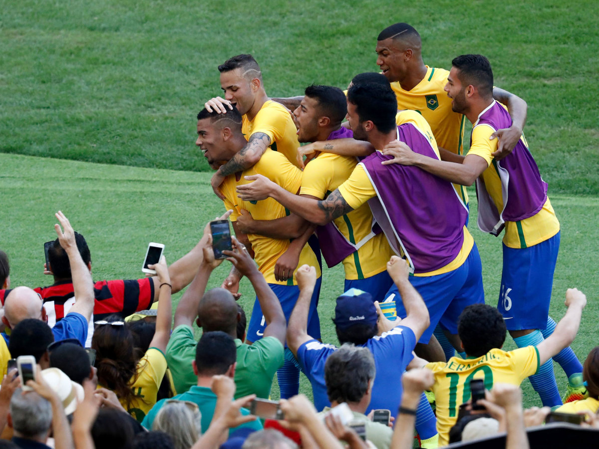 brazil-fans-maracana-olympics.jpg