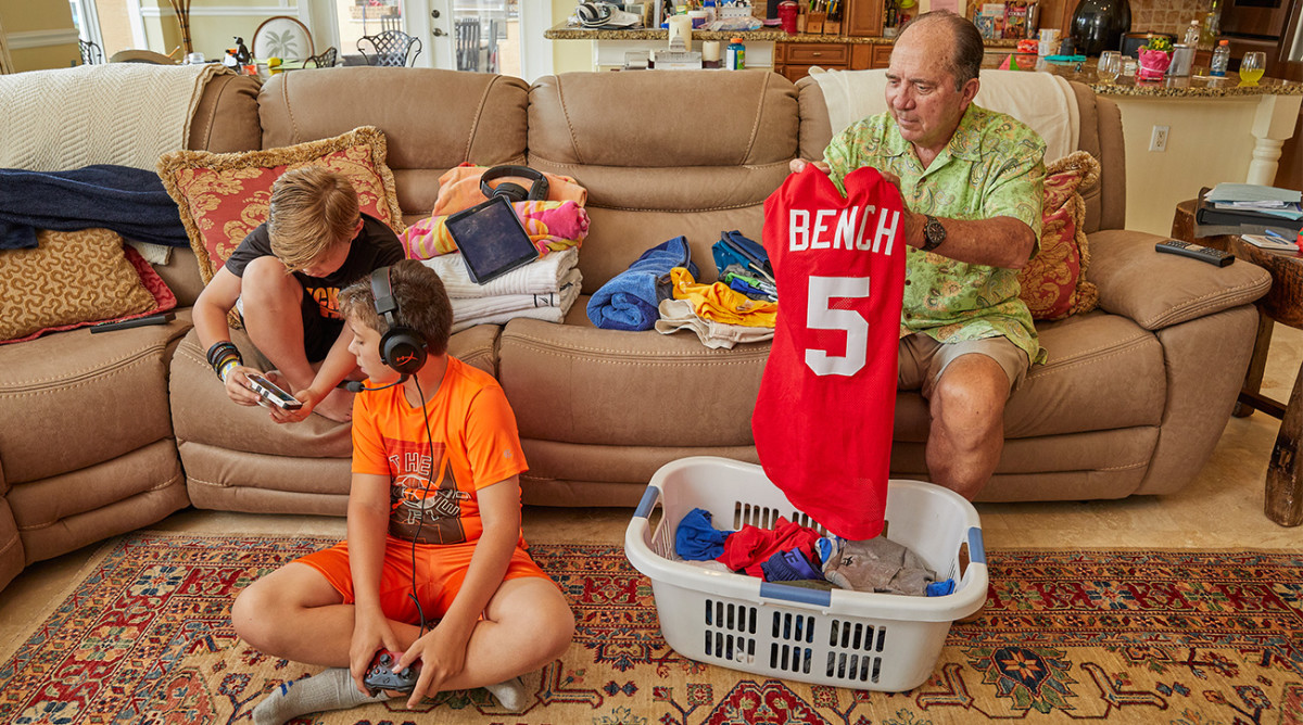 johnny-bench-folding-clothes.jpg