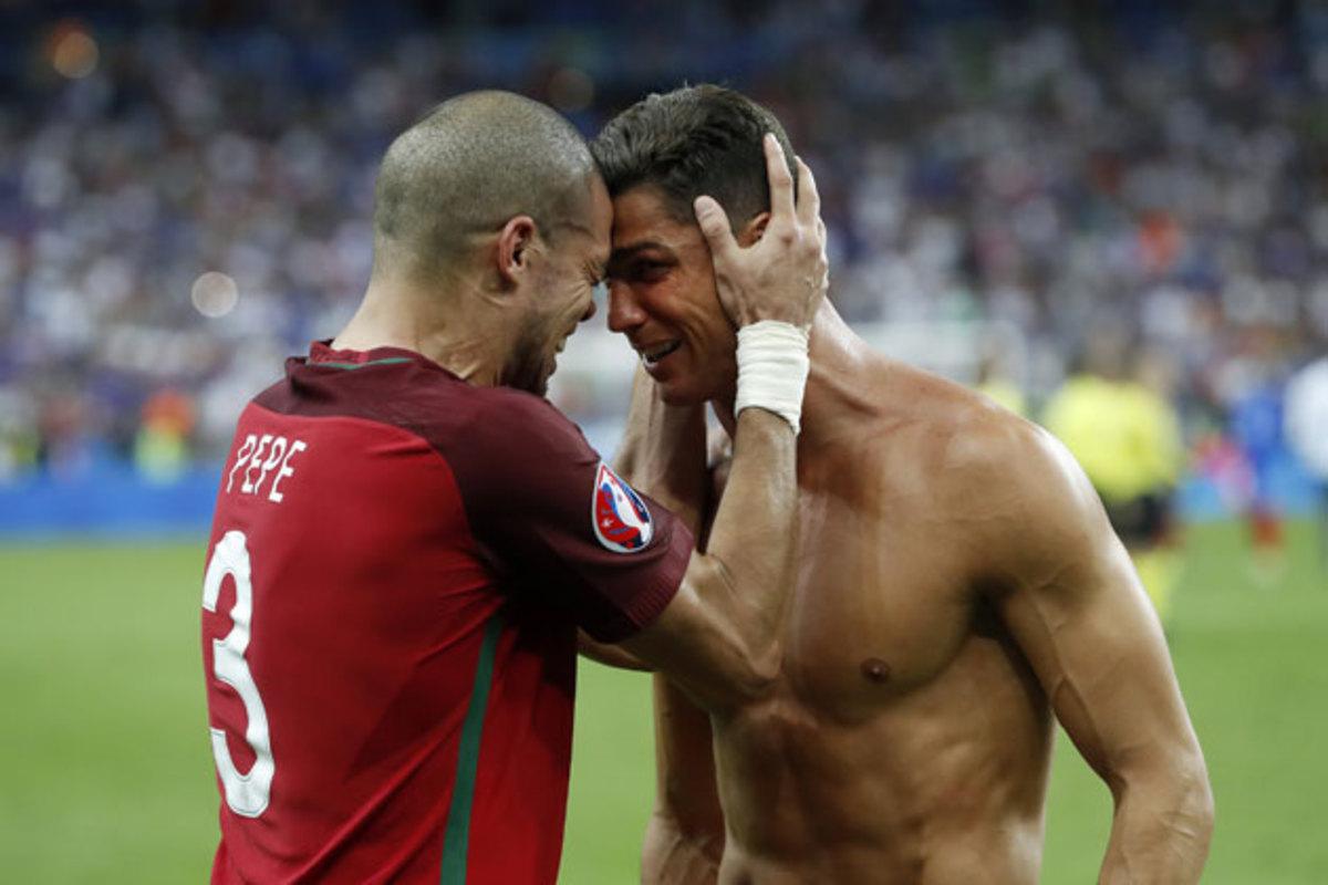 ronaldo-pepe-euro-portugal-final.jpg