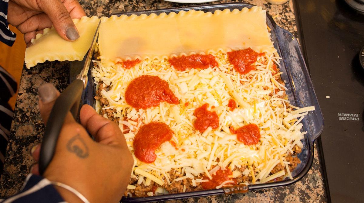 Francisco Lindor's mom makes her signature lasagna.